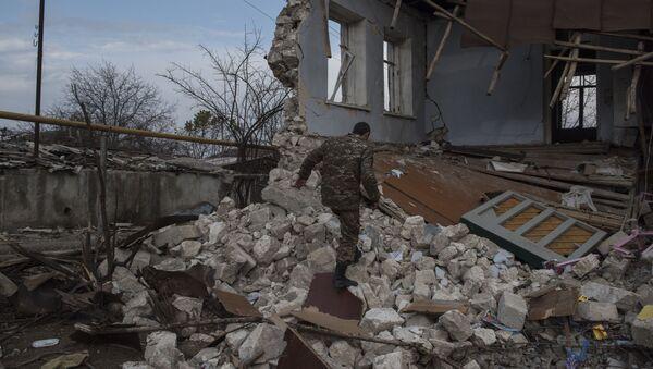 Мужчина возле разрушенного дома в городе Мартакерт (15 декабря 2020). Карабах - Sputnik Армения