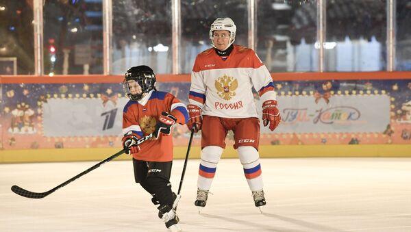 Путин играет в хоккей с мальчиком - Sputnik Արմենիա