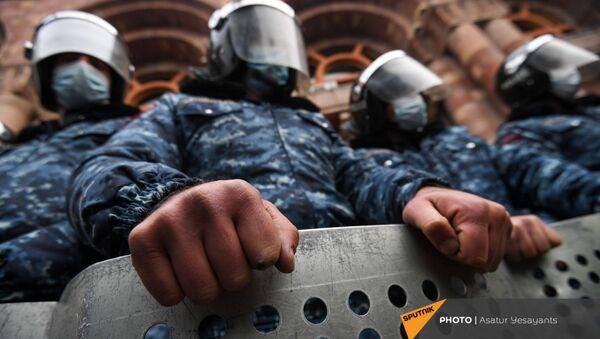 Полицейский кордон перед Домом правительства во время митинга оппозиции на площади Республики (22 декабря 2020). Еревaн - Sputnik Армения
