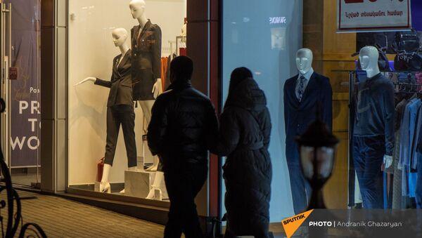Пара проходит мимо витрин брендовых магазинов одежды в центре Еревана - Sputnik Արմենիա