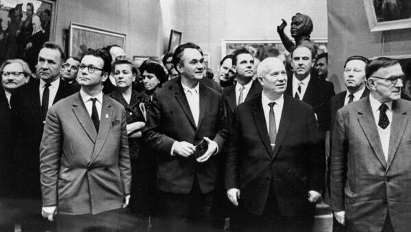Никита Сергеевич Хрущев в окружении политических и общественных деятелей на выставке в Манеже (1 декабря 1962). Москвa - Sputnik Արմենիա