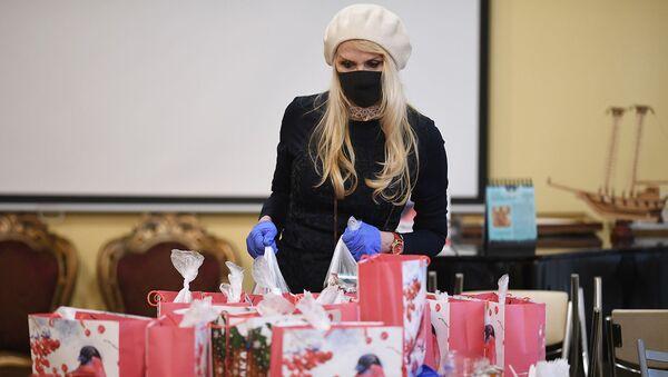 Прихожанка храма собирает новогодние подарки миротворцам для отправки в Карабах (23 декабря 2020). Москвa - Sputnik Արմենիա