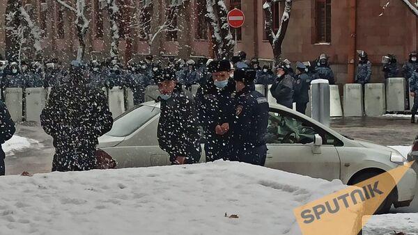 Полиция перекрыла вход в правительство (24 декабря 2020). Еревaн - Sputnik Արմենիա