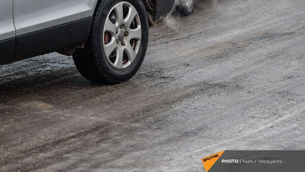 Машина на улицах Еревана (24 декабря 2020). Еревaн - Sputnik Արմենիա