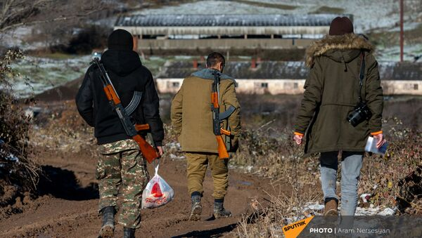 Армянские военнослужащие и корреспондент Sputnik Армения по дороге к одной из позиций близ села Давид Бек в Сюникской области Армении - Sputnik Արմենիա