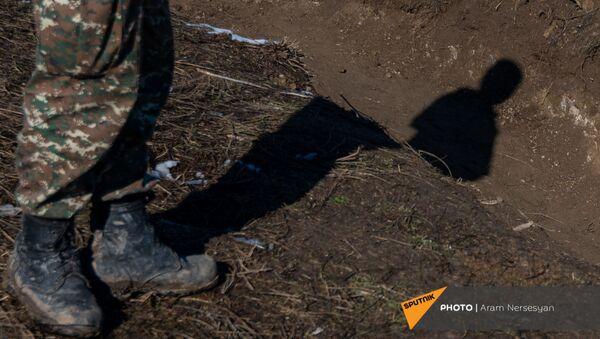 Армянские военнослужащие на одной из позиций близ села Давид Бек в Сюникской области Армении - Sputnik Армения