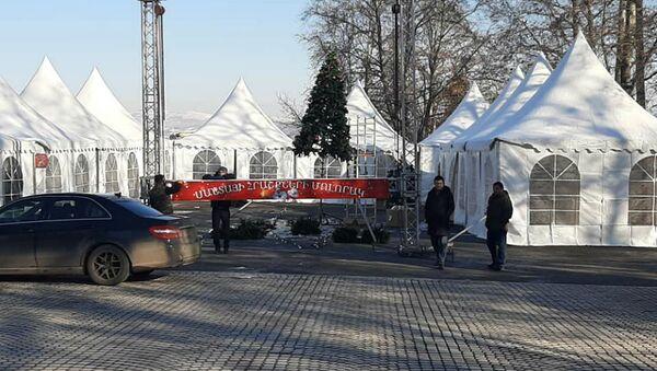 Демонтаж новогодних палаток в Степанакерте (25 декабря 2020). Карабах - Sputnik Արմենիա