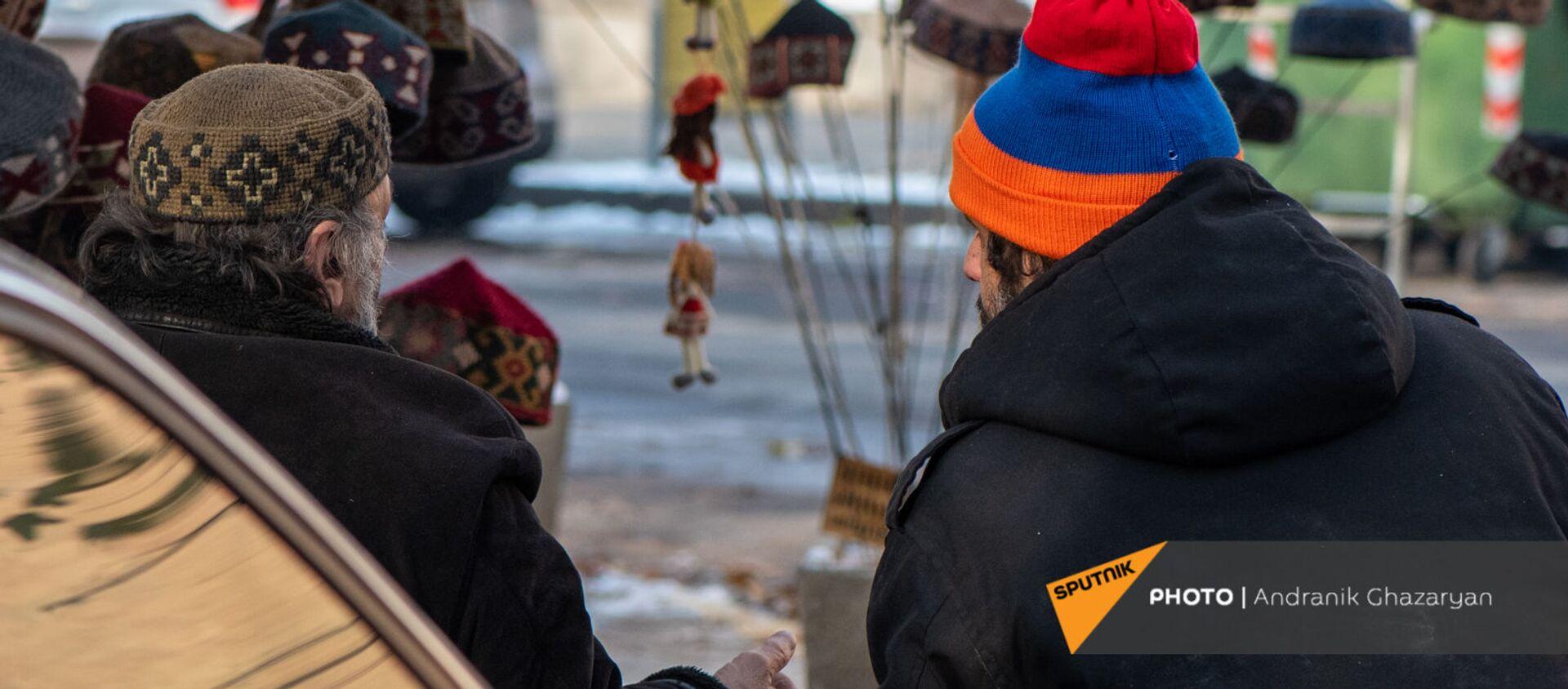 Продавцы шапок с национальным узором в Ереванском вернисаже - Sputnik Արմենիա, 1920, 25.07.2021