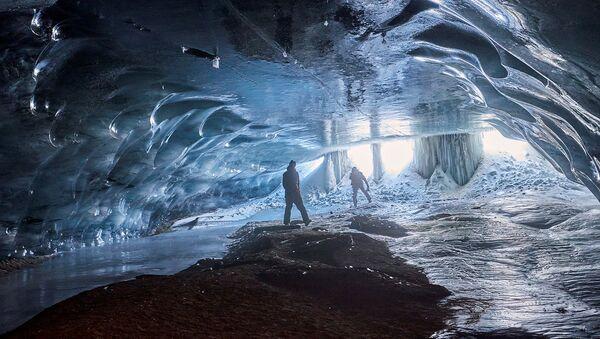 Люди в ледяной пещере Мельница в Швейцарии - Sputnik Армения