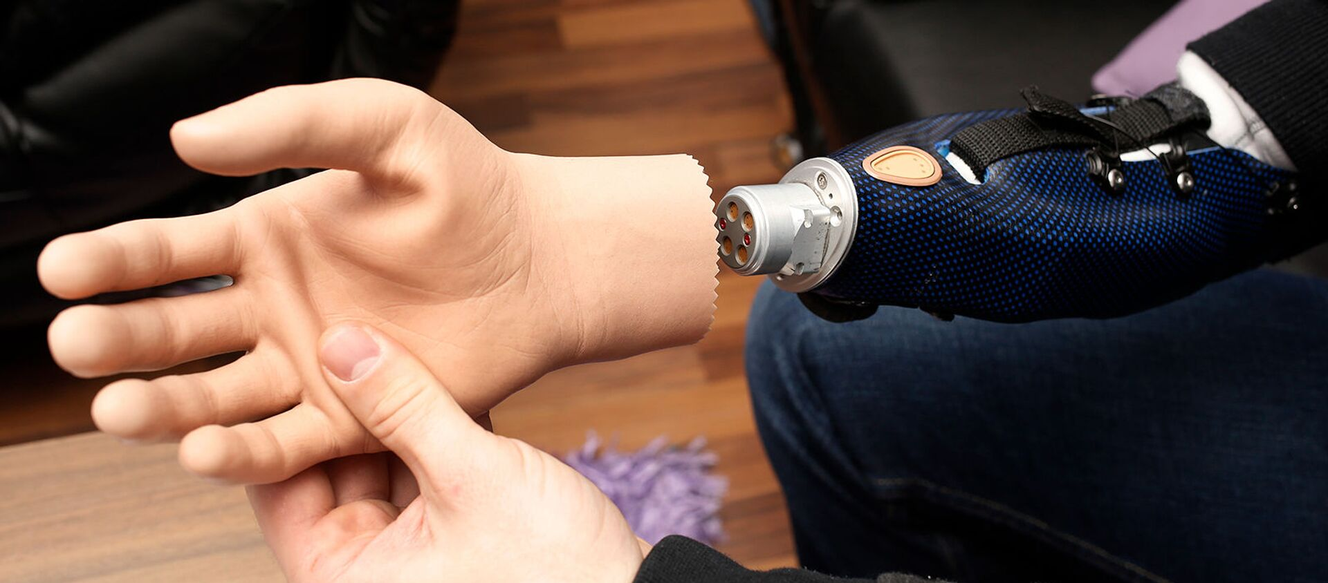 Австрийский пациент показывает свою бионическую руку (24 февраля 2015). Вена - Sputnik Армения, 1920, 31.01.2021