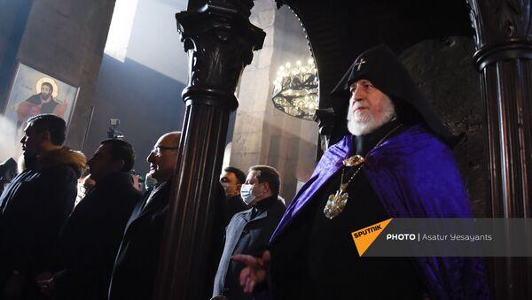 Католикос Гарегин II проводит Литургию на акции в поддержку ААЦ под девизом Решительно встанем на защиту нашей церкви (27 декабря 2020). Эчмиадзин - Sputnik Արմենիա