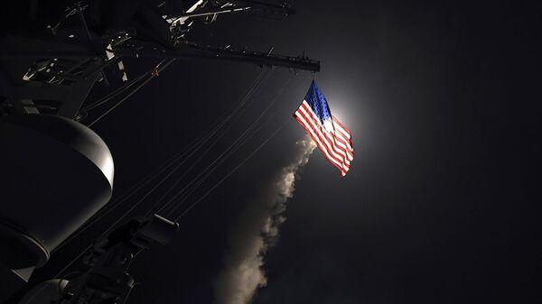 Эсминец с управляемыми ракетами USS Porter (DDG 78) запускает наземную ударную ракету Томагавк в Средиземном море (7 апреля 2017). - Sputnik Армения