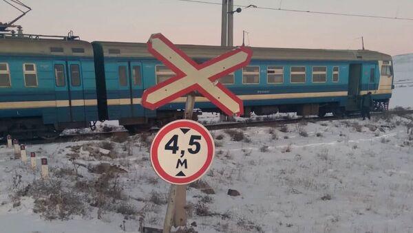 Пригородный электропоезд, следующий курсом Ереван-Гюмри-Ереван, столкнулся с внедорожником (28 декабря 2020). - Sputnik Армения