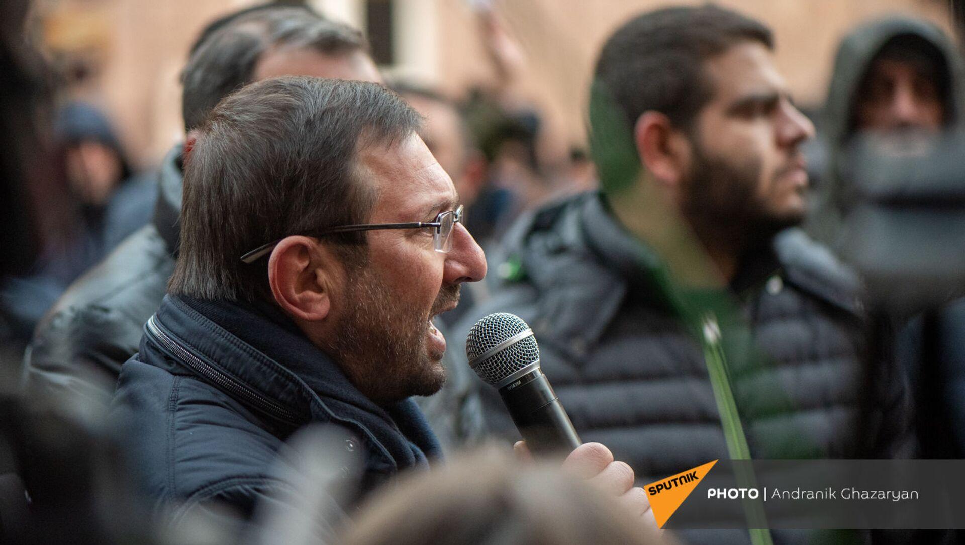 Гегам Манукян выступает с речью во время митинга оппозиции перед зданием Следственного комитета Армении (29 декабря 2020). Еревaн - Sputnik Արմենիա, 1920, 03.05.2021