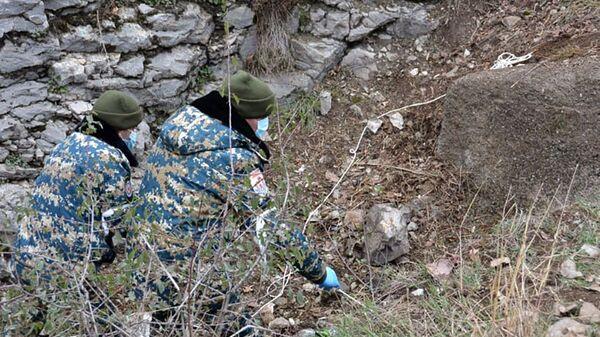 Сотрудники ГСЧС Карабаха во время поисково-спасательных работ - Sputnik Армения