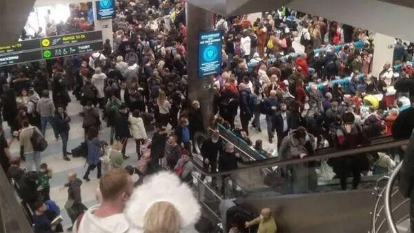В аэропортах Москвы из-за непогоды задержаны и отменены 149 рейсов. Ледяной дождь в Москве - Sputnik Армения
