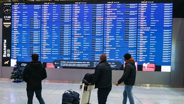 Пассажиры в зале вылета в международном аэропорту Шереметьево - Sputnik Армения