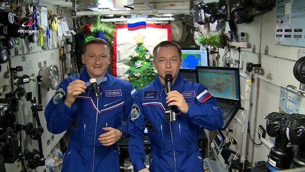 Космонавты Роскосмоса поздравили жителей Земли с Новым годом - Sputnik Армения