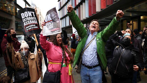 Люди празднуют после постановления британский суда об отказе экстрадиции основателя WikiLeaks Джулиана Ассанжа в Соединенные Штаты (4 января 2021). Лондон - Sputnik Армения