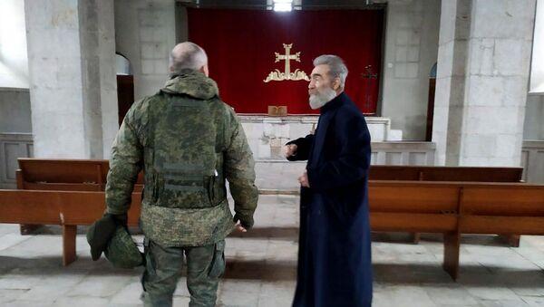 Предводитель Арцахской епархии ААЦ Паргев Мартиросян в сопровождении российских миротворцев посетил монастырь Амараса (4 января 2020). Мартуни - Sputnik Армения