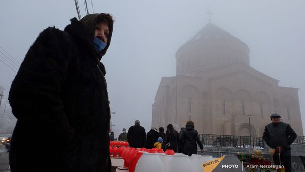 Продавщица с ламдадками Чрагалуйца у церкви Сурб Хач (5 января 2021). Еревaн - Sputnik Արմենիա