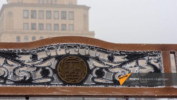 Покрытая инеем скамья на площади Республики - Sputnik Армения