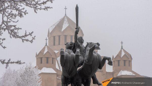 Памятник Зоравару Андранику у собора Святого Григория Просветителя в Ереване - Sputnik Արմենիա