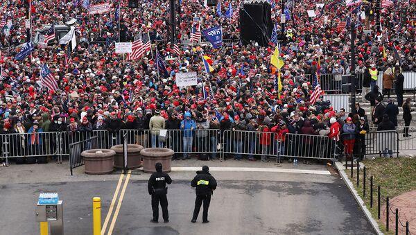 Толпы людей прибывают на митинг Останови кражу в поддержку действующего президента США Дональда Трампа (6 января 2021). Вашингтон - Sputnik Армения