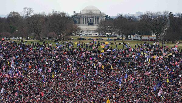 Сторонники действующего президента США Дональда Трампа проводят демонстрацию в Национальном торговом центре (6 января 2021). Вашингтон - Sputnik Армения