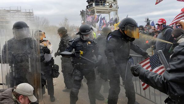 Сторонники Трампа сталкиваются с полицией и силами безопасности во время штурма Капитолия США (6 января 2021). Вашингтон - Sputnik Армения