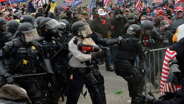 Сторонники Трампа сталкиваются с полицией и силами безопасности во время штурма Капитолия США (6 января 2021). Вашингтон - Sputnik Արմենիա