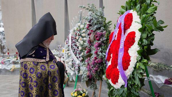 Его Святейшество Гарегин II в сопровождении епископов посетил военный пантеон Ераблур (7 января 2021). Еревaн - Sputnik Армения