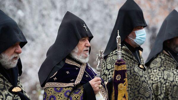 Его Святейшество Гарегин II в сопровождении епископов посетил военный пантеон Ераблур (7 января 2021). Еревaн - Sputnik Արմենիա