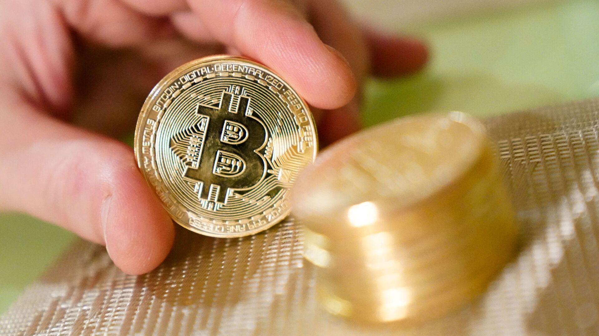 Сувенирные монеты с логотипами криптовалюты биткоин - Sputnik Армения, 1920, 24.09.2021