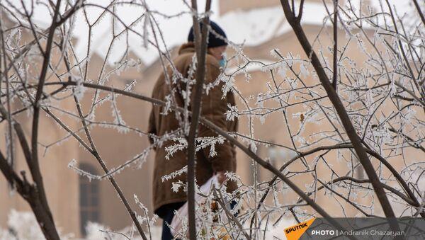 Мужчина с покупками в парке - Sputnik Армения
