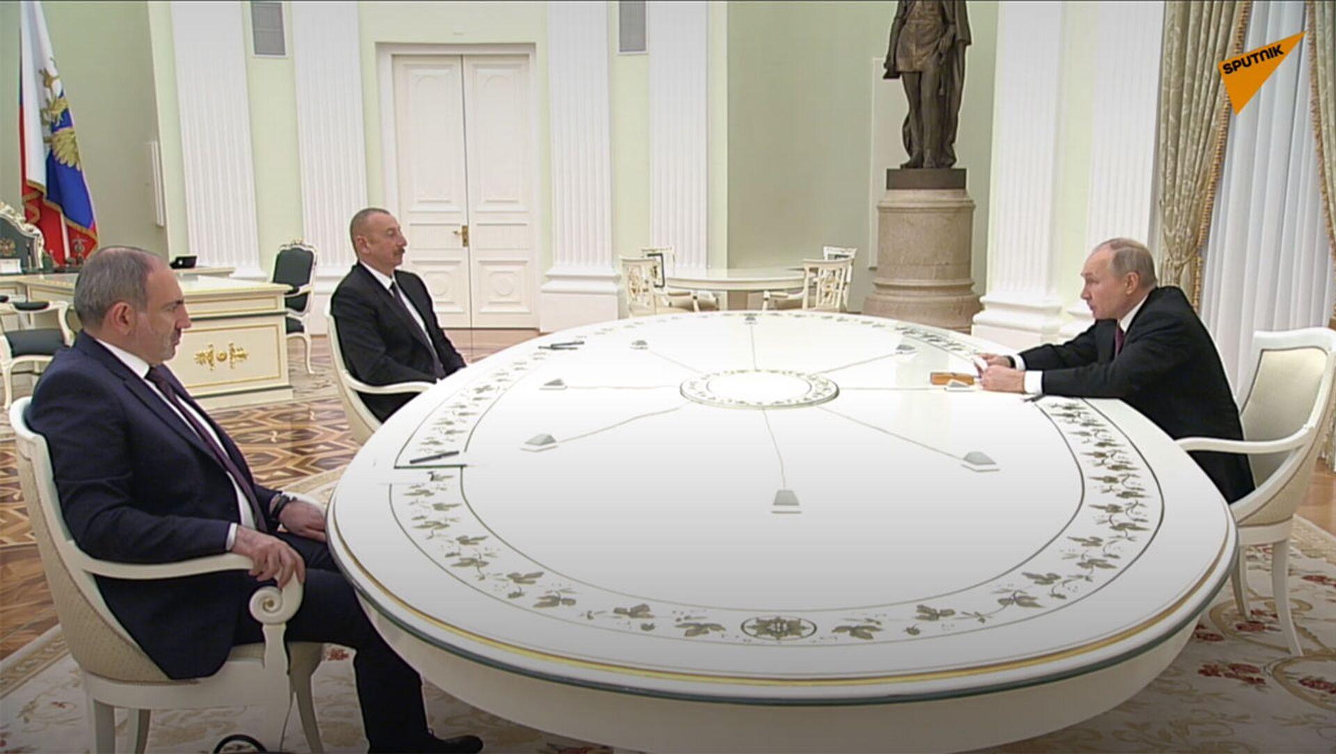 Премьер-министр Армении Никол Пашинян (слева), президент РФ Владимир Путин и президент Азербайджана Ильхам Алиев (справа) во время трёхсторонних переговоров (11 января 2021). Москва - Sputnik Արմենիա, 1920, 26.08.2021