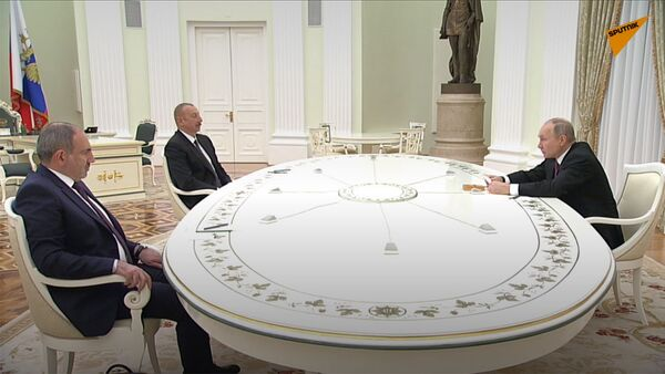 Премьер-министр Армении Никол Пашинян (слева), президент РФ Владимир Путин и президент Азербайджана Ильхам Алиев (справа) во время трёхсторонних переговоров (11 января 2021). Москва - Sputnik Армения