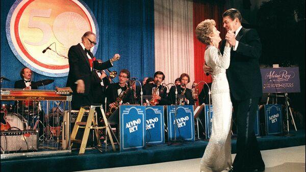 Президент США Рональд Рейган со своей женой Нэнси во время празднования переизбрания Рейгана на второй срок в Вашингтоне, 1985 год - Sputnik Արմենիա