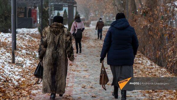 Люди в парке - Sputnik Армения