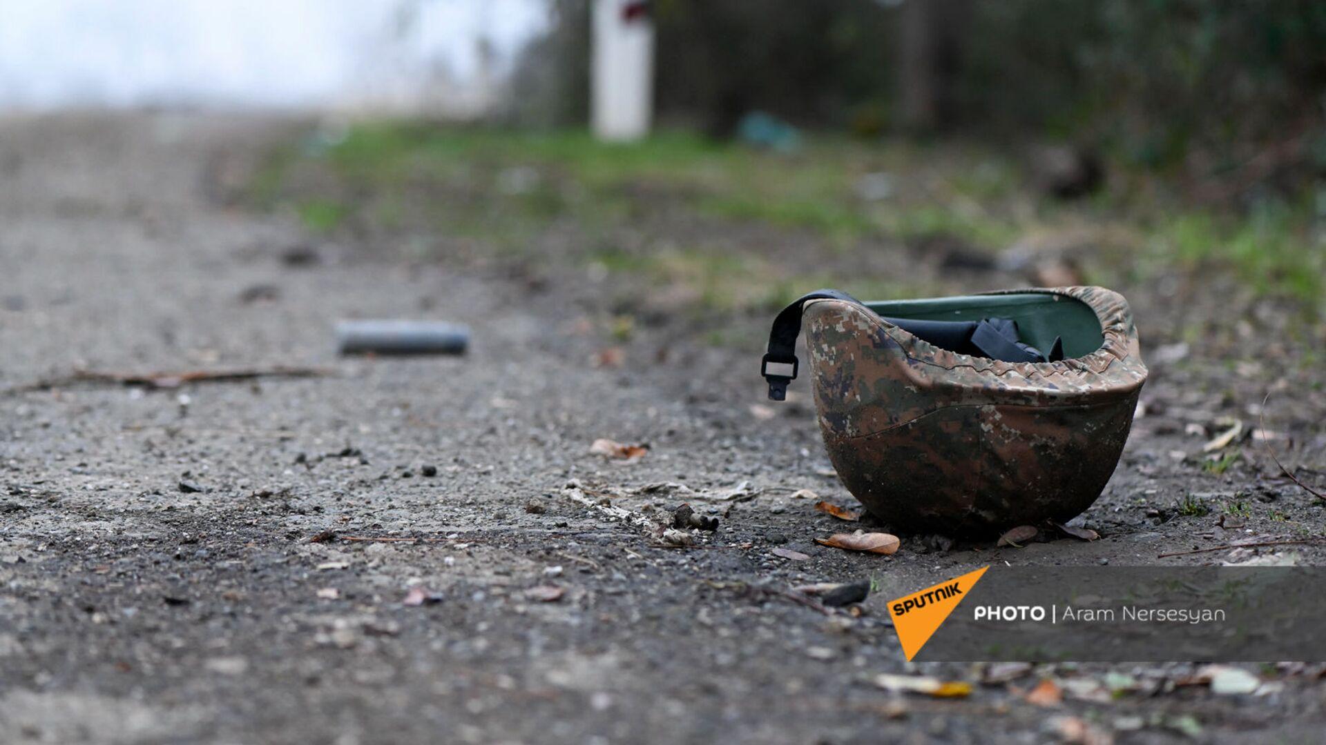 Каска на обочине дороги на подступе к Шуши после окончания военных действий (14 ноября 2020). Карабах - Sputnik Արմենիա, 1920, 14.09.2021