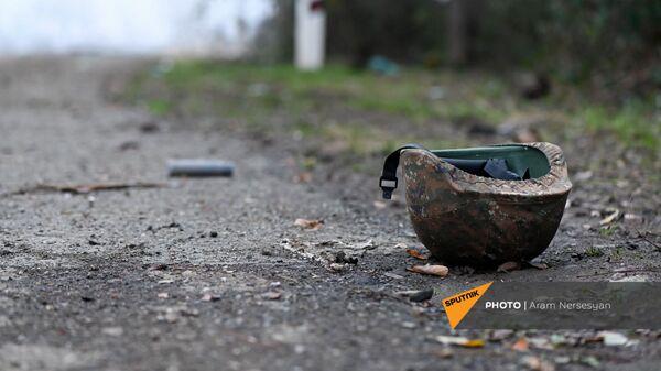 Каска на обочине дороги на подступе к Шуши после окончания военных действий (14 ноября 2020). Карабах - Sputnik Армения