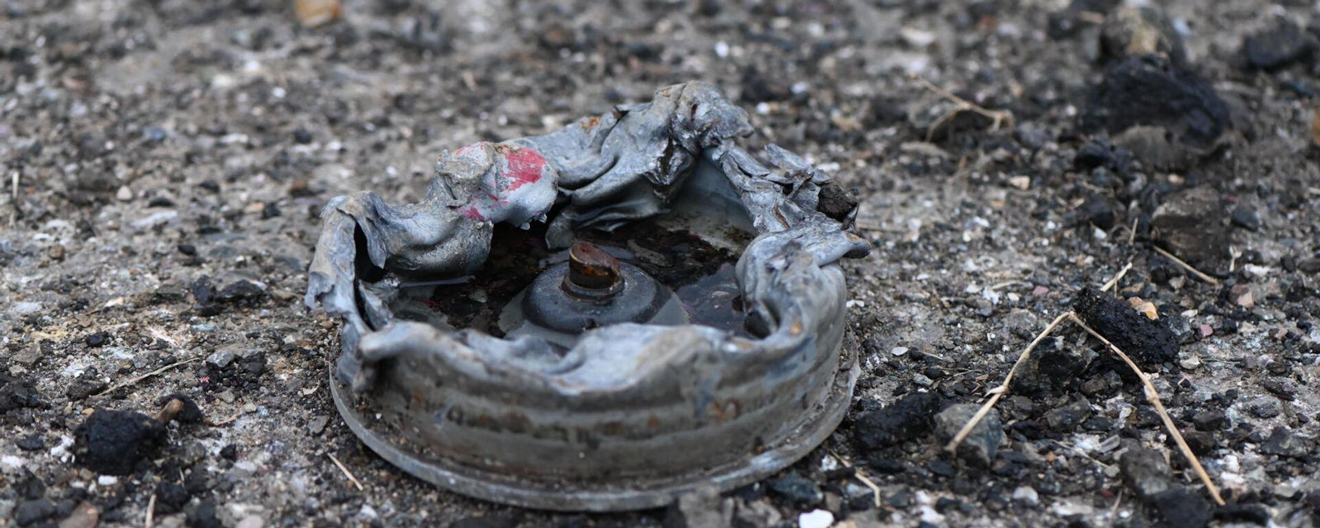 Противотанковая мина на обочине дороги на подступе к Шуши после окончания военных действий (14 ноября 2020). Карабах - Sputnik Արմենիա, 1920, 14.07.2021