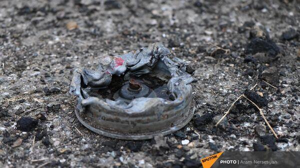 Противотанковая мина на обочине дороги на подступе к Шуши после окончания военных действий (14 ноября 2020). Карабах - Sputnik Армения