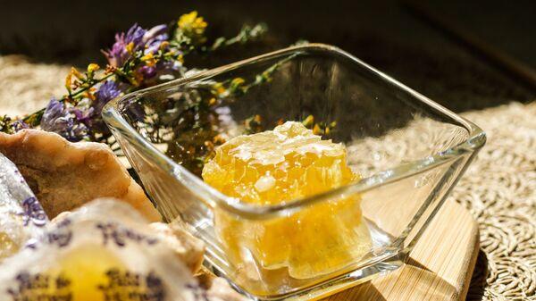 Мед в стеклянной посуде - Sputnik Армения