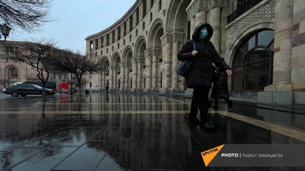 Прохожий на площади Республики в дождливый день - Sputnik Армения