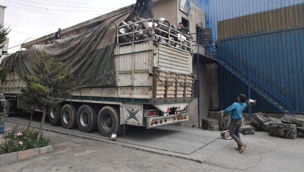 Рабочие на частном заводе по переработке меди и алюминия в пригороде Хомса (14 июня 2017). Сирия - Sputnik Արմենիա