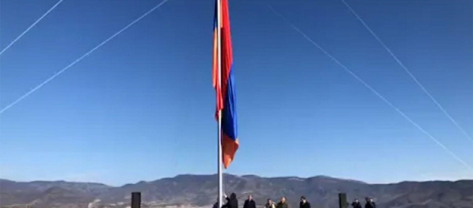 Ճակատեն գյուղ տանող ճանապարհի հարակից թմբի վրա տեղադրվեց հայկական եռագույնը - Sputnik Արմենիա, 1920, 17.01.2021