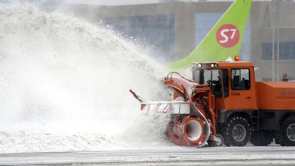 Снегоуборочная машина на летном поле в аэропорту Домодедово - Sputnik Армения