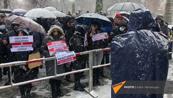 Сторонники Роберта Кочаряна перед зданием суда (19 января 2021). Еревaн - Sputnik Армения