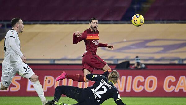 Генрих Мхитарян из Ромы забивает второй гол за свою команду во время футбольного матча 1/8 финала Кубка Италии между Ромой и Специей на Олимпийском стадионе (19 января 2021). Рим - Sputnik Армения